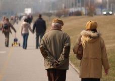 Vieux couples 2 de marche Photos libres de droits