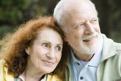 Vieux couples aînés à l'extérieur Photos stock