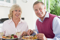 Vieux couples appréciant le repas, mealtime ensemble Image stock