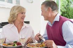 Vieux couples appréciant le repas, mealtime ensemble Photographie stock libre de droits