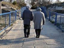 Vieux couples après promenade de plage Photos stock