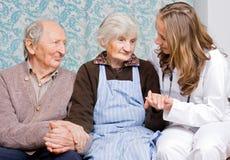Vieux couples au docteur Photographie stock