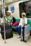 Vieux couples au train de MRT avec le bagage Photo libre de droits