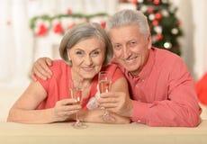 Vieux couples célébrant la nouvelle année Photo stock