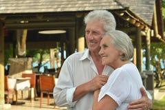 Vieux couples d'une manière amusante au café Photographie stock