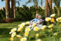 Vieux couples dans le jardin Image stock