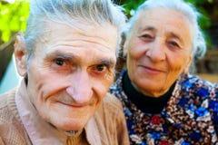Vieux couples - deux aînés heureux Image libre de droits