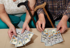 Vieux couples et argent Photographie stock libre de droits