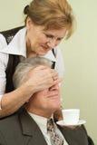 Vieux couples heureux dans le bureau Photo stock