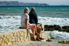 Vieux couples par la mer image stock
