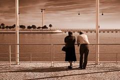 Vieux couples par le fleuve Images stock