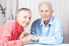 Vieux couples positifs heureux Image stock