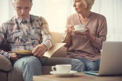Vieux couples préparant leur volonté image stock