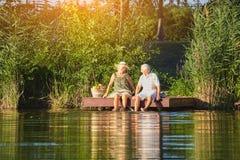 Vieux couples se reposant dehors Photographie stock libre de droits