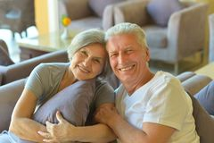 Vieux couples se reposant sur le sofa Images libres de droits