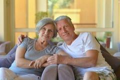 Vieux couples se reposant sur le sofa Image libre de droits