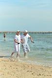 Vieux couples sur la plage de mer Image libre de droits