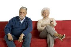 Vieux couples sur le sofa Photos stock