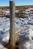 Vieux courrier de barrière de barbelé, Alberta Canada Images stock