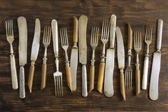 Vieux couverts sur la table Image stock