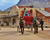 Vieux cowboy occidental avec son carrige hippomobile Photos libres de droits