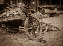 Vieux cowboy sur le chariot de ranch Images stock