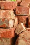 Vieux criqué d'isolement de brique rouge superficiel par les agents photographie stock libre de droits