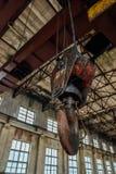 Vieux crochet rouillé de grue à l'intérieur du bâtiment industriel images libres de droits