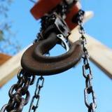 Vieux crochet rouillé sur le fond de ciel bleu Industrie du bâtiment images libres de droits