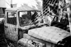 Vieux, cru, voiture isolée photos stock