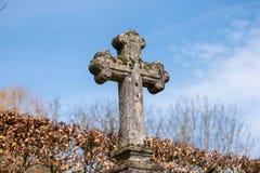 Vieux crucifix croisé en pierre superficiel par les agents photo stock