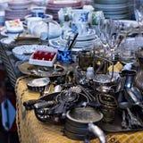 Vieux cuillères et couverts sur le marché de vintage Vente des antiquités à la foire Image libre de droits