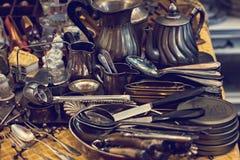Vieux cuillères et couverts sur le marché de vintage Vente des antiquités à la foire Photographie stock libre de droits