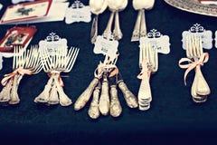 Vieux cuillères et couverts sur le marché de vintage Vente des antiquités à la foire Photos libres de droits