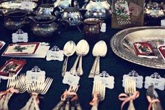 Vieux cuillères et couverts sur le marché de vintage Vente des antiquités à la foire Images libres de droits
