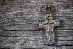 Vieux cuivre orthodoxe croisé sur le fond d'isolement blanc photos libres de droits