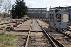 Vieux dépôt de train abandonné avec de grands entrepôts et garages gris Photographie stock