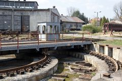 Vieux dépôt de train vide abandonné avec des entrepôts et des chariots des trains et des trams Photo libre de droits