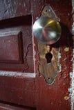 Vieux détail de porte avec le bouton enlevé de plat et de rechange angled images stock