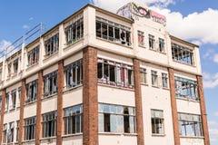 Vieux, détruit et ruiné bâtiment industriel avec les fenêtres cassées Photo stock