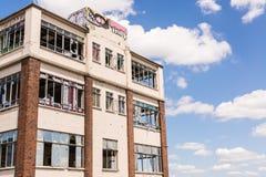 Vieux, détruit et ruiné bâtiment industriel avec les fenêtres cassées Photo libre de droits