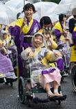Vieux danseurs japonais de festival dans des fauteuils roulants Photographie stock libre de droits