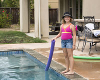 Vieux de dix ans se tenant prêt une piscine extérieure Photos libres de droits