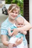 Vieux de trois mois de petit bébé avec la jeune mère Images libres de droits