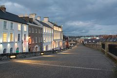 Vieux Derry City Buildings au coucher du soleil photos stock