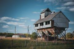 Vieux dessiccateur de grain dans le village russe photos stock