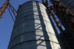 Vieux dessiccateur pour le grain au soleil photographie stock libre de droits