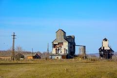 Vieux dessiccateurs de grain au bord du village images stock