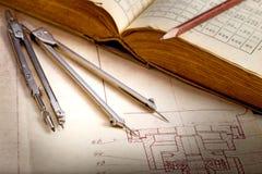 Vieux dessin industriel et livre images libres de droits