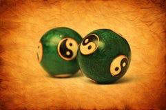 Vieux dessin-modèle de parchemin avec des billes de Ying Yang. Photo stock